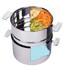 Cuisson à la vapeur douce : on met de l'eau dans la marmite et les légumes dans la passoire vapeur en inox.
