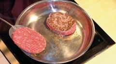 Grillade de viande sans matière grasse dans une poêle en inox 18/10 sans revêtement.