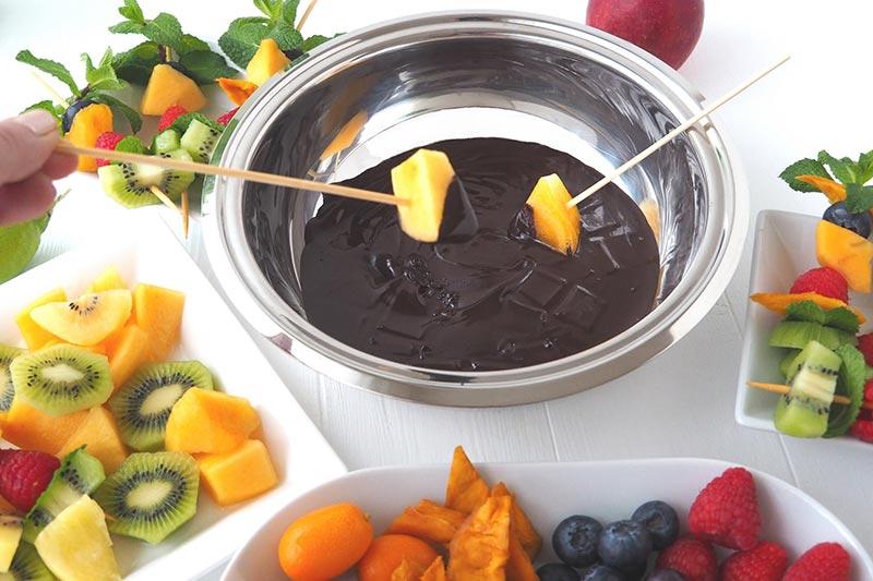 Fondue au chocolat accompagnée de fruits frais. Service dans le légumier Baumstal en inox