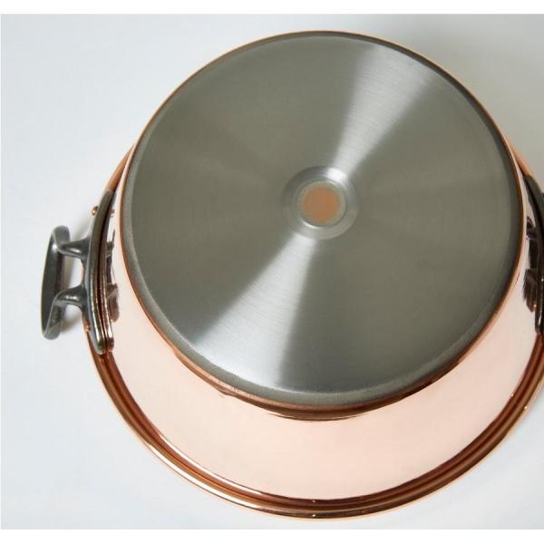 Le fond de la bassine à confiture en cuivre compatible avec l'induction