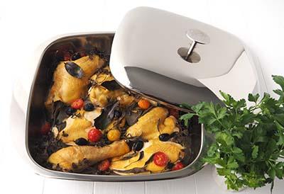 Cusisson du poulet au four dans un plat à four Baumstal en inox 18/10 avec couvercle